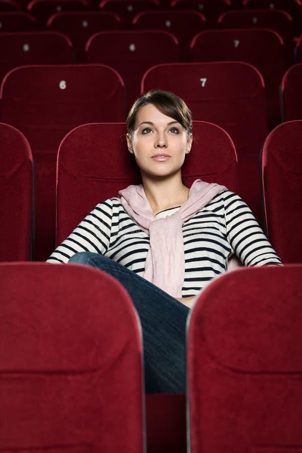 Aantrekkelijke meisje het letten op films royalty-vrije stock foto's