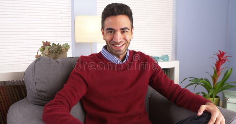 Aantrekkelijke mens die bij camera glimlachen stock foto