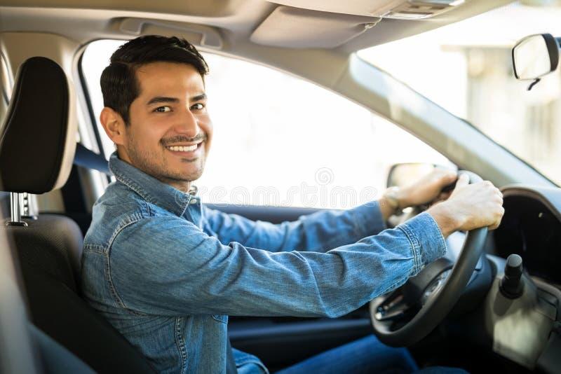 Aantrekkelijke mens die een auto drijven stock afbeelding