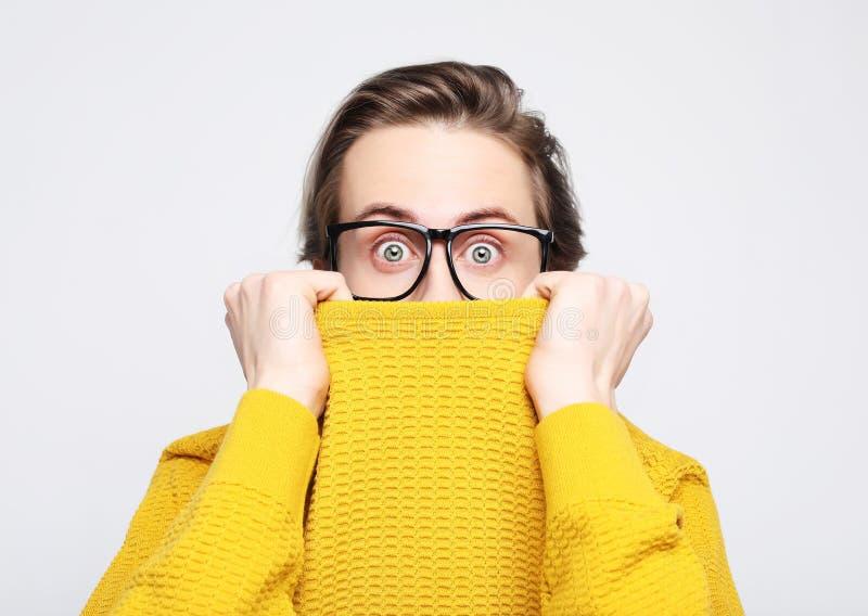 aantrekkelijke mens die gele die sweater dragen in schok en verrassingsgezichtsuitdrukking wordt verbaasd en wordt verbaasd royalty-vrije stock foto
