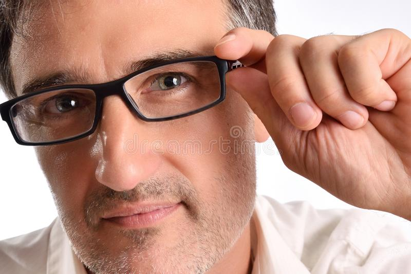 Aantrekkelijke mens die op middelbare leeftijd met wit overhemd glasse aanpassen royalty-vrije stock afbeeldingen