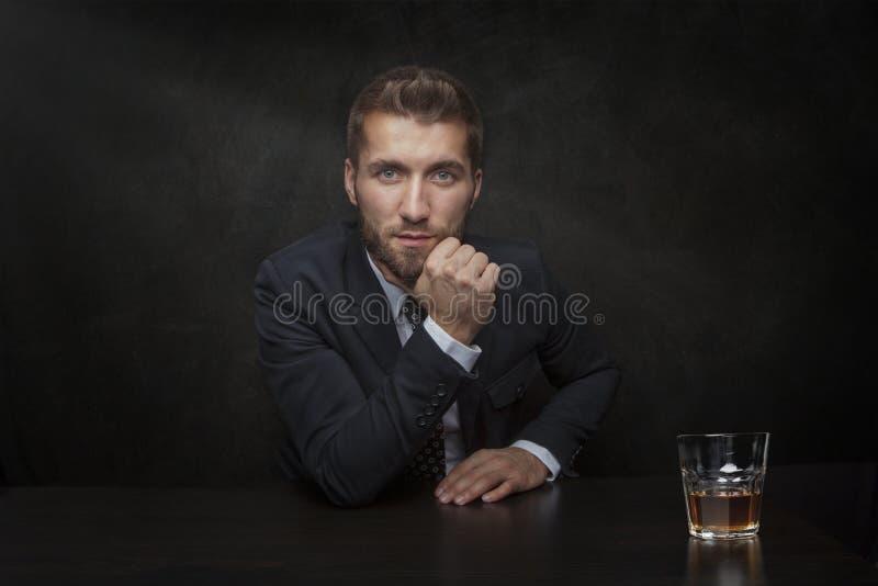 Aantrekkelijke mens met een glas whisky stock fotografie