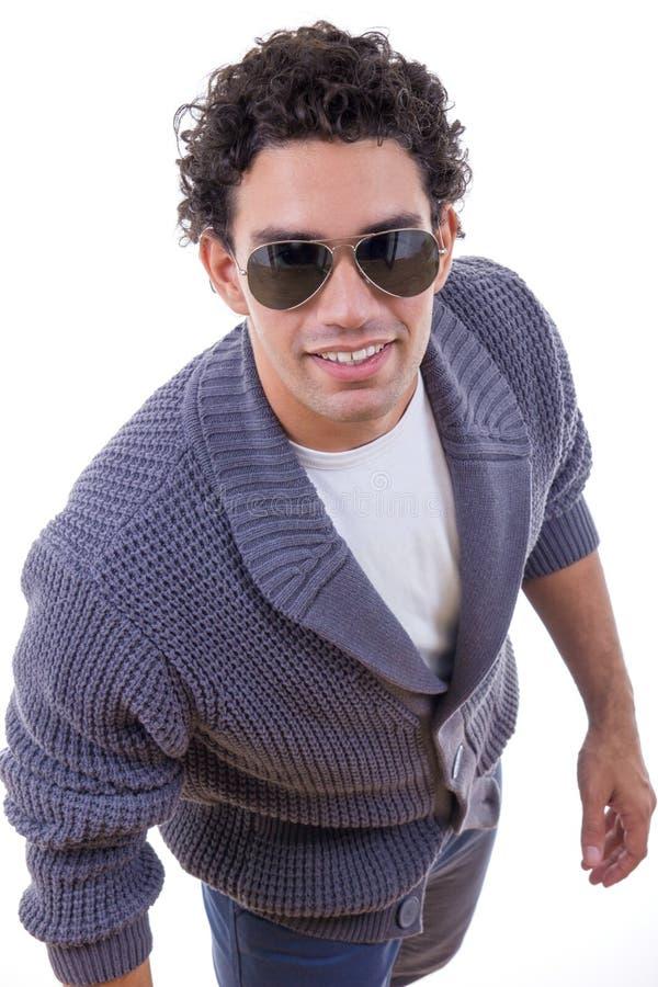 Aantrekkelijke mens in sweater met zonnebril royalty-vrije stock fotografie