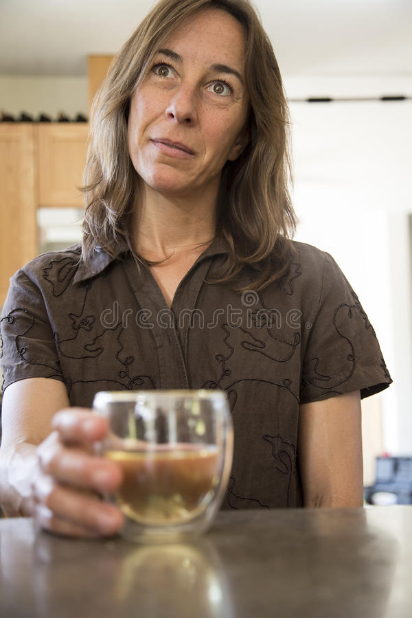 Aantrekkelijke Midden Oude Vrouw in de Keuken het Drinken Wijn royalty-vrije stock foto's