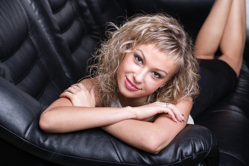 Aantrekkelijke modieuze jonge vrouw royalty-vrije stock foto's