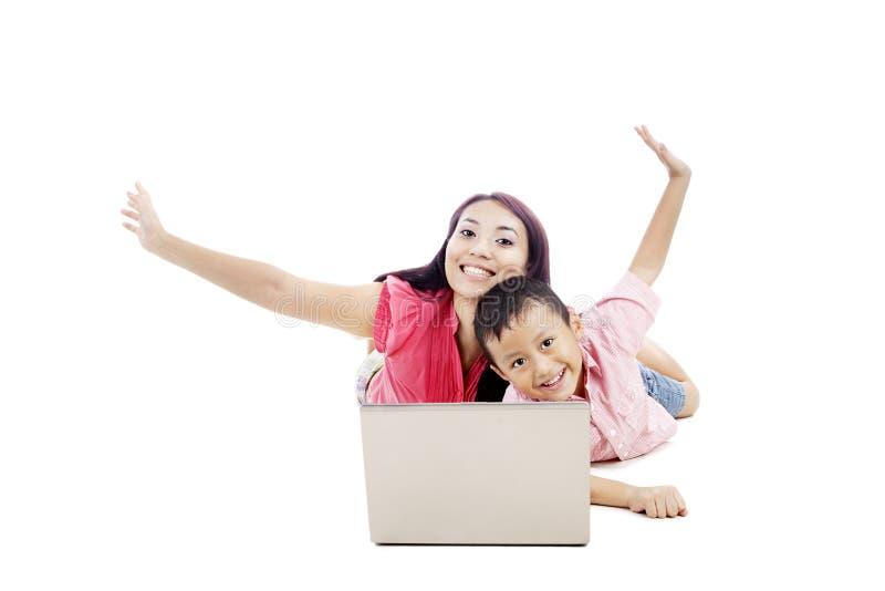Aantrekkelijke moeder met haar zoon stock fotografie