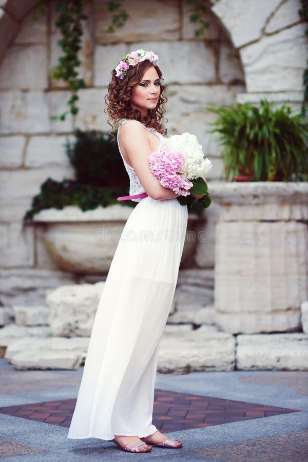 Aantrekkelijke mooie vrouw in Griekse stijl stock foto's