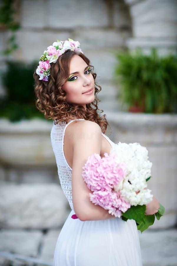 Aantrekkelijke mooie vrouw in Griekse stijl royalty-vrije stock afbeeldingen