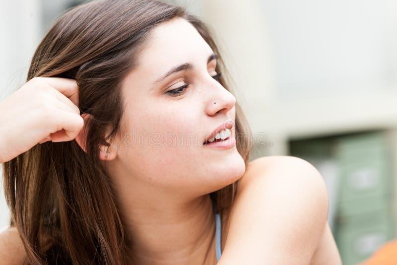 Aantrekkelijke natuurlijke jonge donkerbruine vrouw royalty-vrije stock afbeeldingen