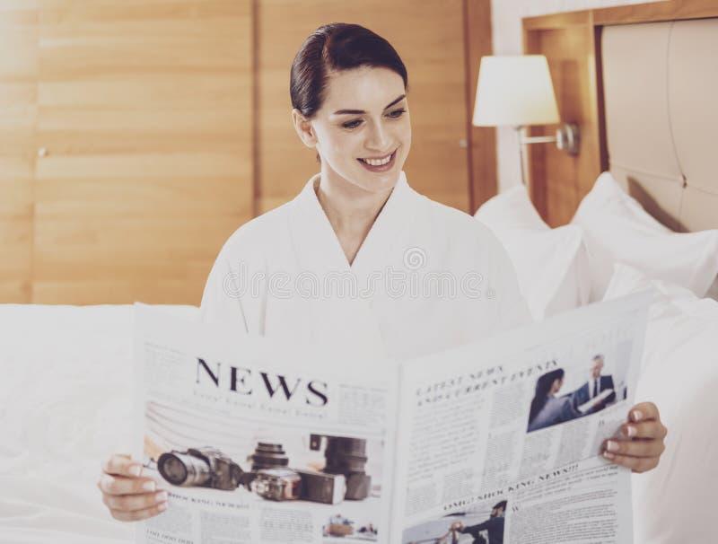 Aantrekkelijke onderneemster die de krant lezen royalty-vrije stock afbeelding