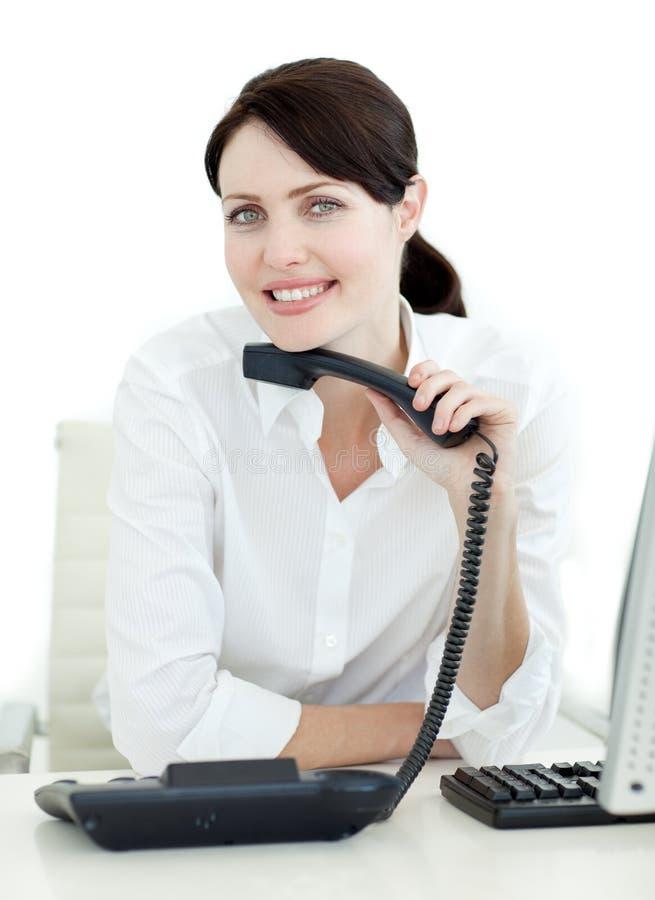 Aantrekkelijke onderneemster die een telefoon houdt stock afbeeldingen