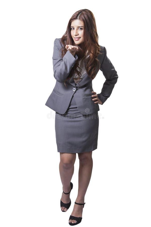 Aantrekkelijke onderneemster die iets op de palm van haar voorstellen stock foto