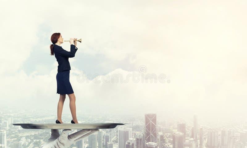 Aantrekkelijke onderneemster die op metaaldienblad Fife spelen tegen cityscape achtergrond stock foto