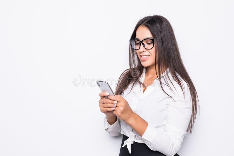 Aantrekkelijke onderneemster die die smartphone met behulp van op witte achtergrond wordt geïsoleerd royalty-vrije stock afbeeldingen