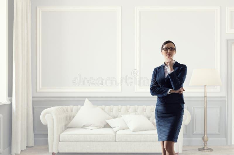 Aantrekkelijke onderneemster die zich in een ruimte bevinden royalty-vrije stock afbeelding