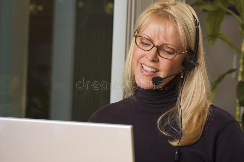 Aantrekkelijke Onderneemster met de Hoofdtelefoon van de Telefoon royalty-vrije stock foto