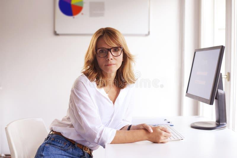 Aantrekkelijke onderneemster werkende computer in het bureau royalty-vrije stock afbeeldingen