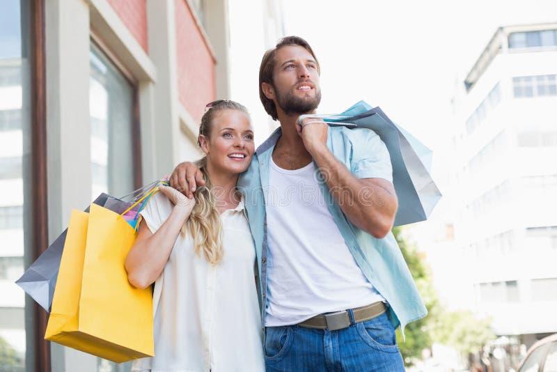 Aantrekkelijke paarholding het winkelen zakken royalty-vrije stock afbeeldingen