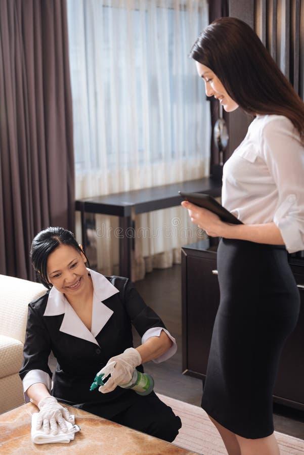 Aantrekkelijke professionele manager die het kamermeisje bekijken royalty-vrije stock afbeelding