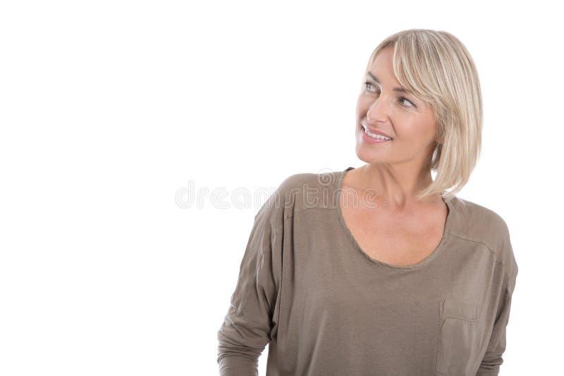 Aantrekkelijke rijpe blonde glimlachende vrouw die zijdelings kijken royalty-vrije stock fotografie