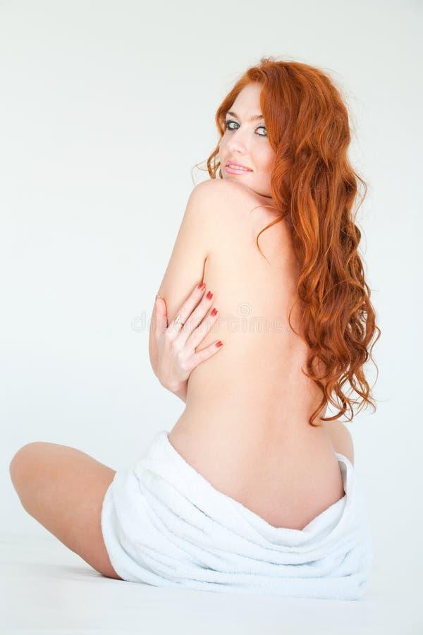 Aantrekkelijke rode haired vrouw met handdoek stock foto's