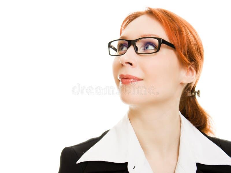 Aantrekkelijke roodharige bedrijfsvrouw in glazen stock afbeelding