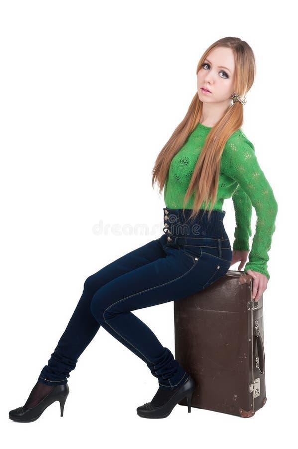 Aantrekkelijke roodharige vrouw op oude koffer royalty-vrije stock afbeeldingen