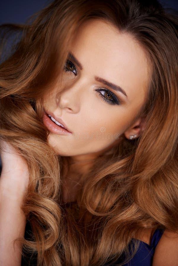 Aantrekkelijke sensuele vrouw met lang krullend haar royalty-vrije stock fotografie