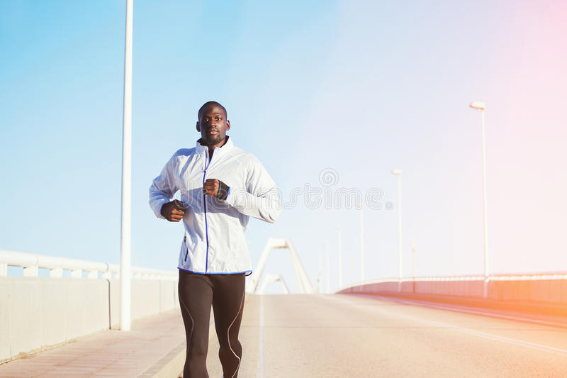 Aantrekkelijke sexy zwarte mensen lopende looppas bij dageraad royalty-vrije stock afbeelding