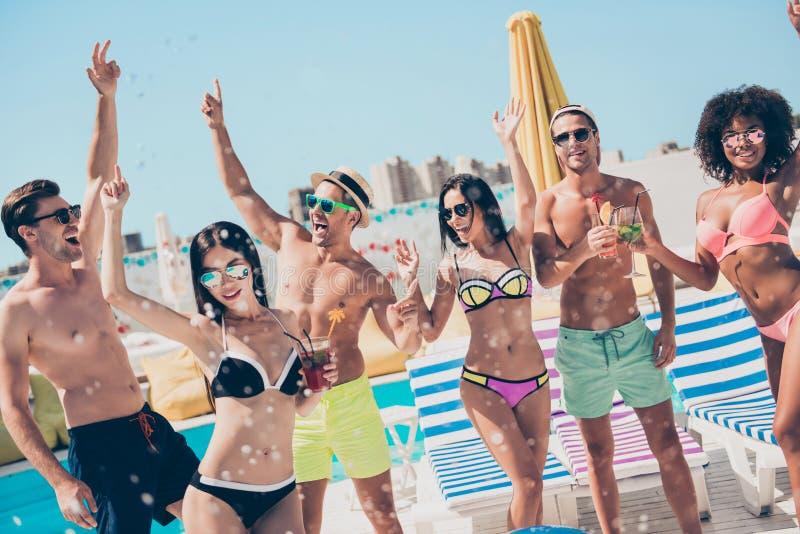 Aantrekkelijke slanke geschikte dunne sportieve vrolijke vrolijke onbezorgde de kerelsgroep van Nice bij de modieuze club die van stock fotografie