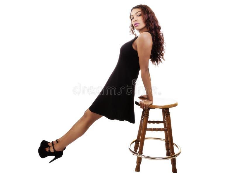 Download Aantrekkelijke Spaanse Dame In Black Dress Die Op Kruk Leunen Stock Foto - Afbeelding bestaande uit kruk, leuk: 107707278