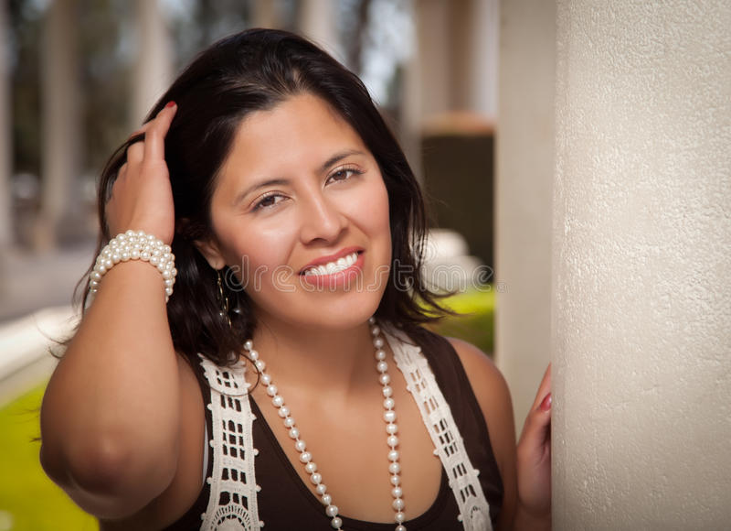 Aantrekkelijke Spaanse Jonge Vrouw buiten stock fotografie