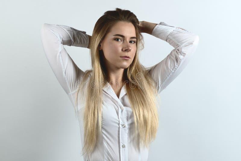 Aantrekkelijke, succesvolle bedrijfsdame die Flirty stellen Witte blouse royalty-vrije stock foto