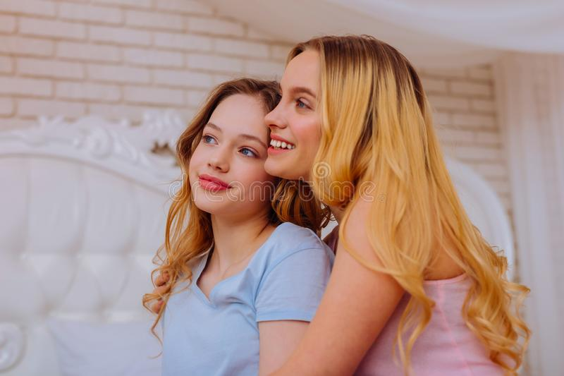 Aantrekkelijke tiener die goede het besteden tijd met oudere zuster voelen royalty-vrije stock fotografie