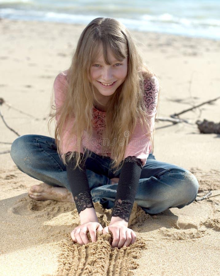 Aantrekkelijke tiener op kust stock foto