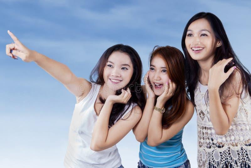 Aantrekkelijke tieners die copyspace bekijken stock fotografie