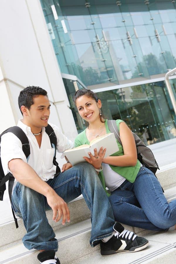 Aantrekkelijke TienerStudenten bij Universiteit royalty-vrije stock afbeelding