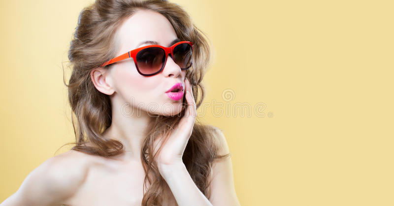 Aantrekkelijke verraste jonge vrouw die zonnebril dragen royalty-vrije stock foto