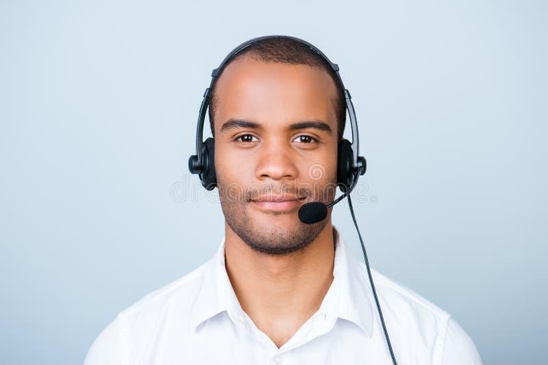 Aantrekkelijke vriendschappelijke mulat Amerikaanse kerel - call centreexploitant stock afbeeldingen