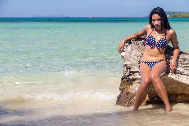 Aantrekkelijke vrouw in bikini royalty-vrije stock foto's