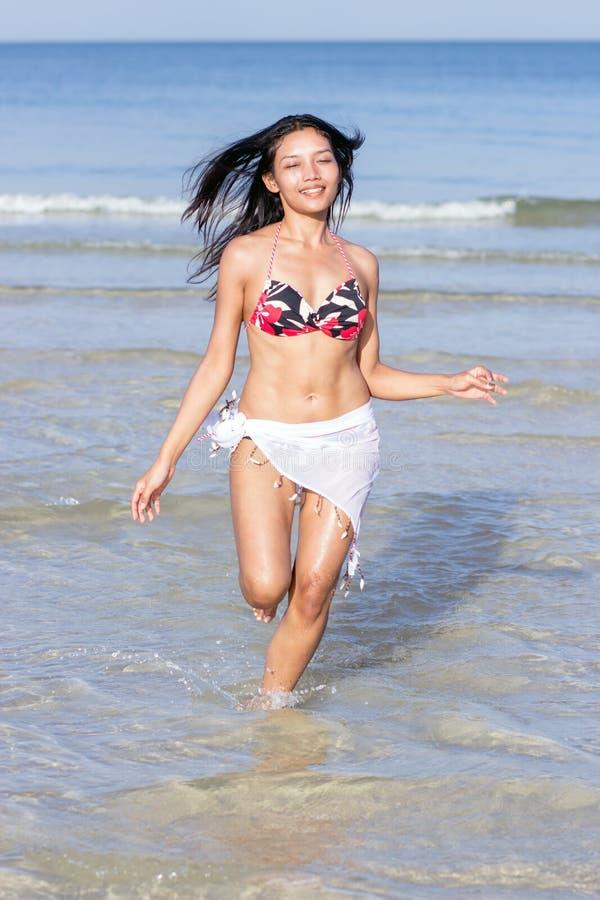 Aantrekkelijke vrouw in bikini stock afbeelding
