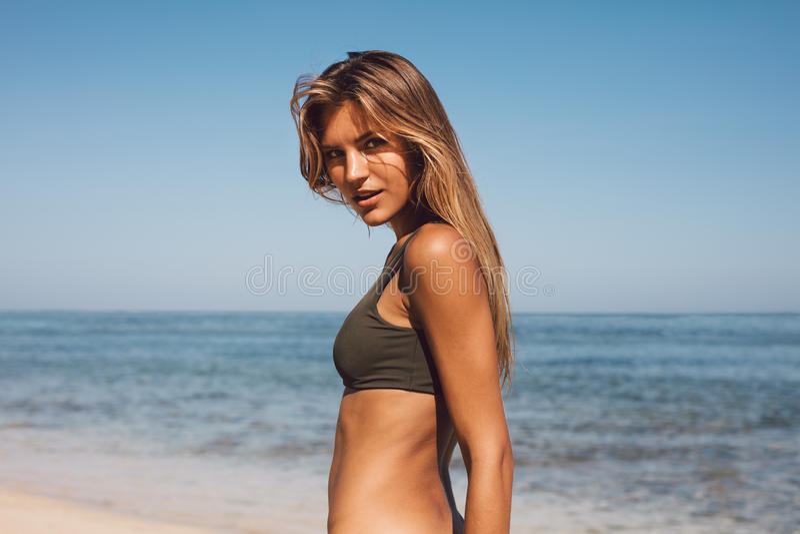 Aantrekkelijke vrouw in bikini op het tropische strand stock afbeeldingen