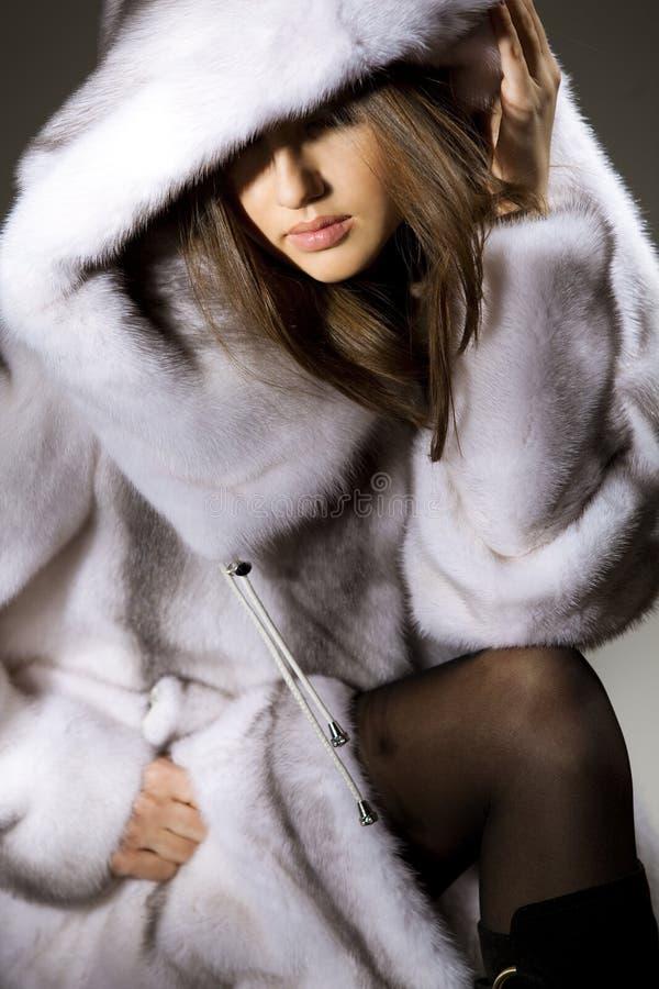 Aantrekkelijke vrouw in bontjas stock afbeeldingen