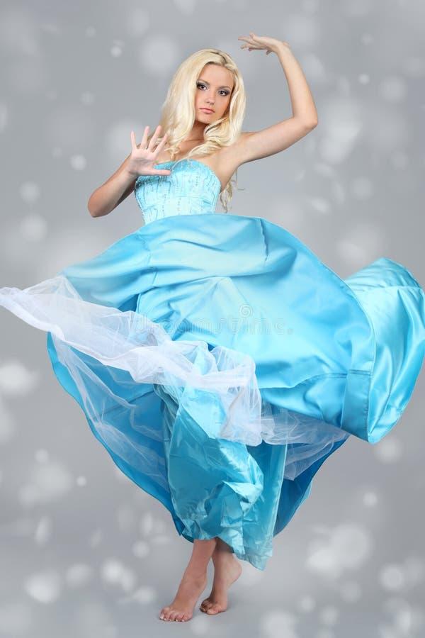 Aantrekkelijke vrouw die blauwe kleding draagt royalty-vrije stock fotografie