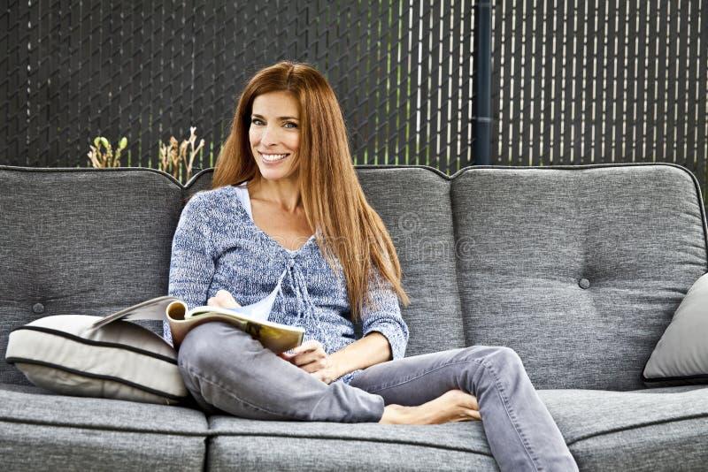 Aantrekkelijke Vrouw die buiten ontspannen stock fotografie