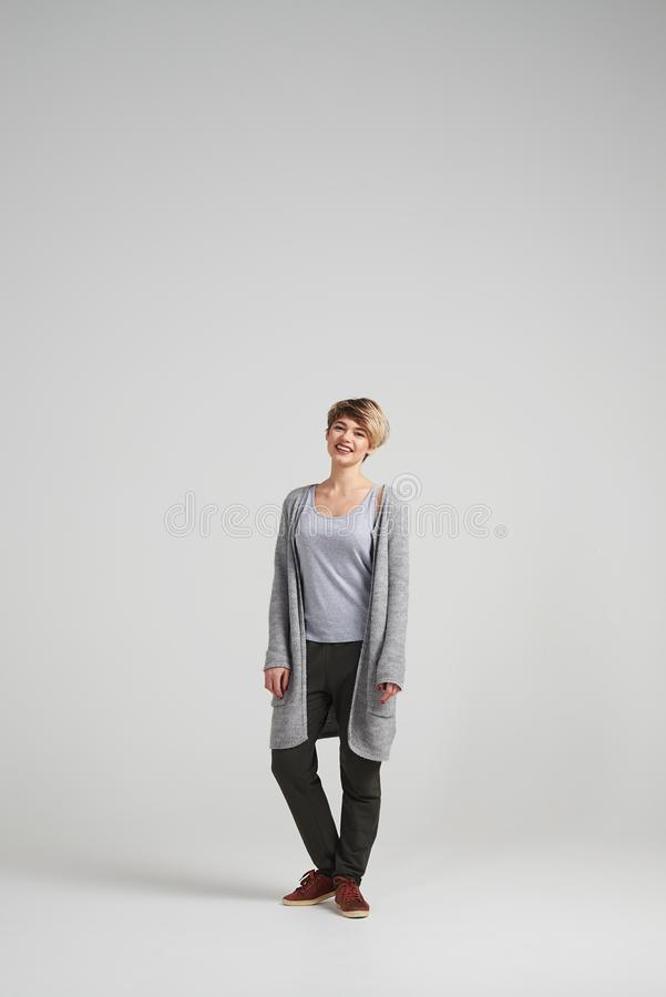 Aantrekkelijke vrouw die cardigan het stellen dragen bij studio stock foto's