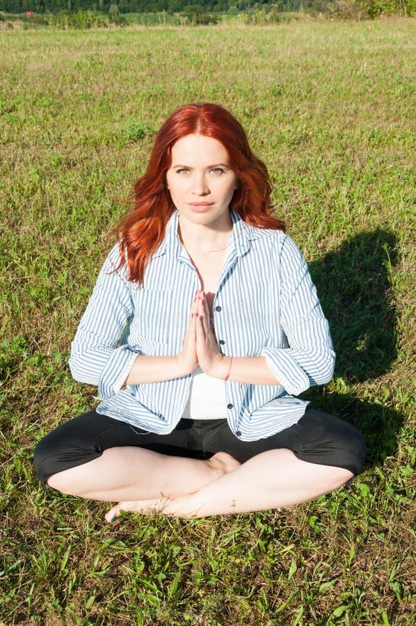 Aantrekkelijke vrouw die complexe yogaoefening in openlucht doen stock foto