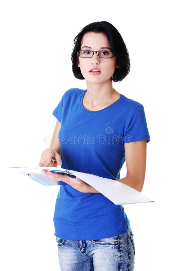 Aantrekkelijke vrouw die een werkboek, het controleren houden. royalty-vrije stock foto