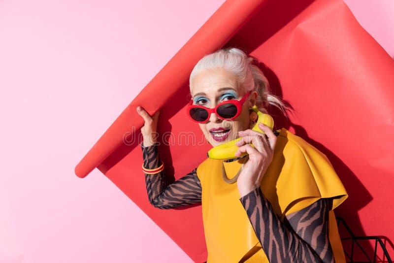 Aantrekkelijke vrouw die glimlach op haar gezicht houden royalty-vrije stock foto
