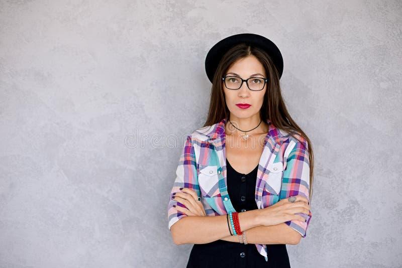 Aantrekkelijke vrouw die het schot van de glazenstudio dragen royalty-vrije stock foto